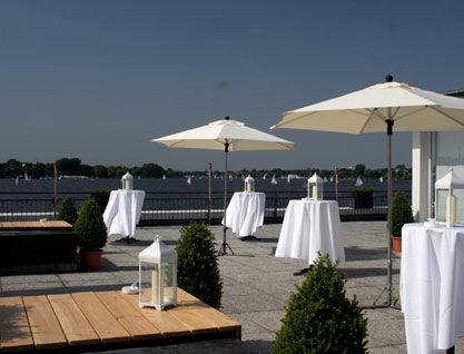 Beispiel: Stehtische auf der Terrasse, Foto: Alsterlounge.