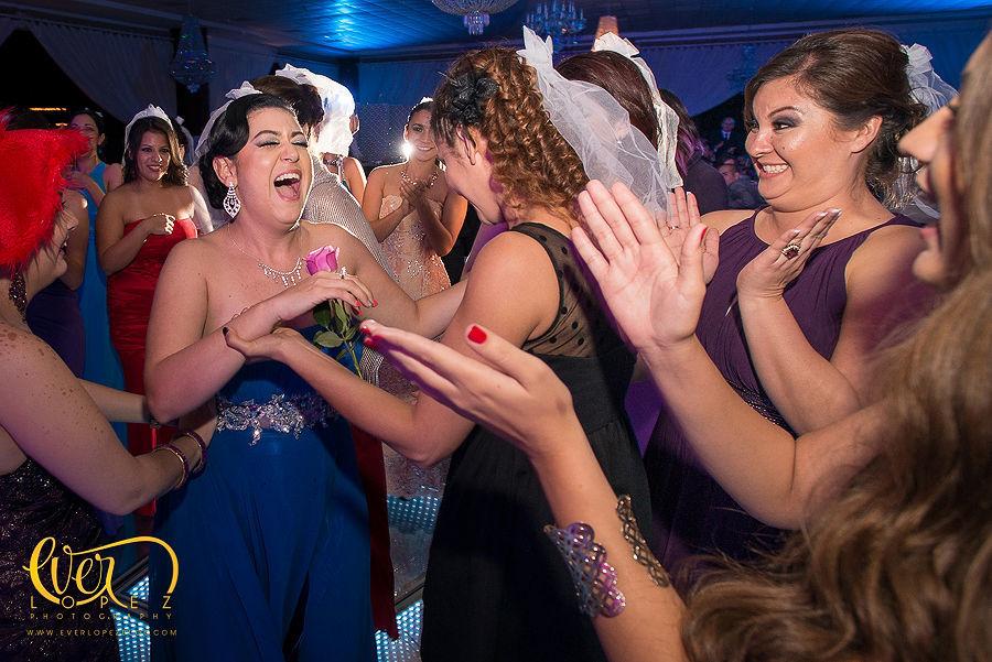 fotos de los invitados a la boda divirtiendose en la pista de baile de leds con espejo en hacienda la macarena, Guadalajara, Jalisco Mexico  fotografias de la recepcion de boda en hacienda la magdalena  Fotografia de boda por fotografo profesional de bodas Ever Lopez