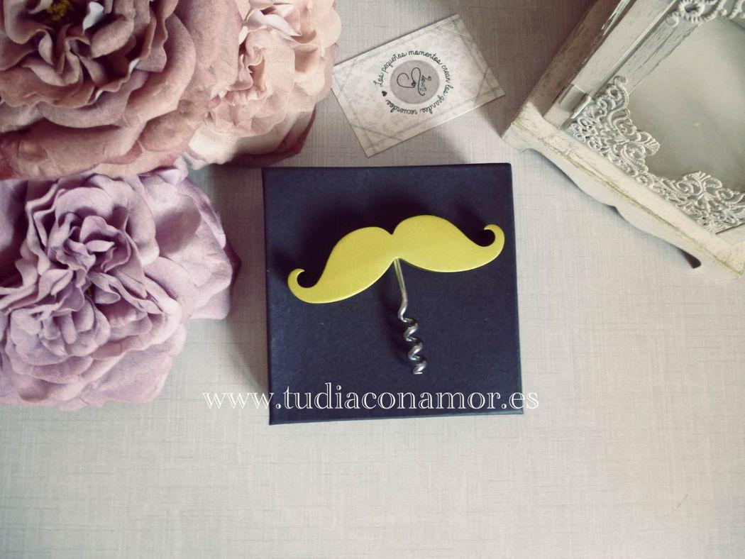 Detalle moderno y divertido, sacacorchos bigote