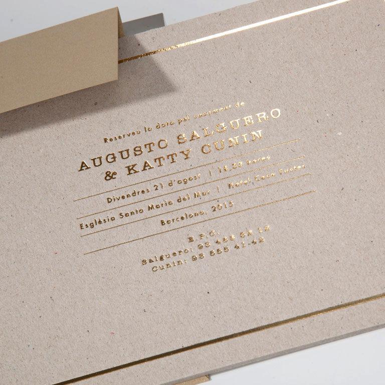 Tarjetón extra rígido de cartón con termografía dorada brillante