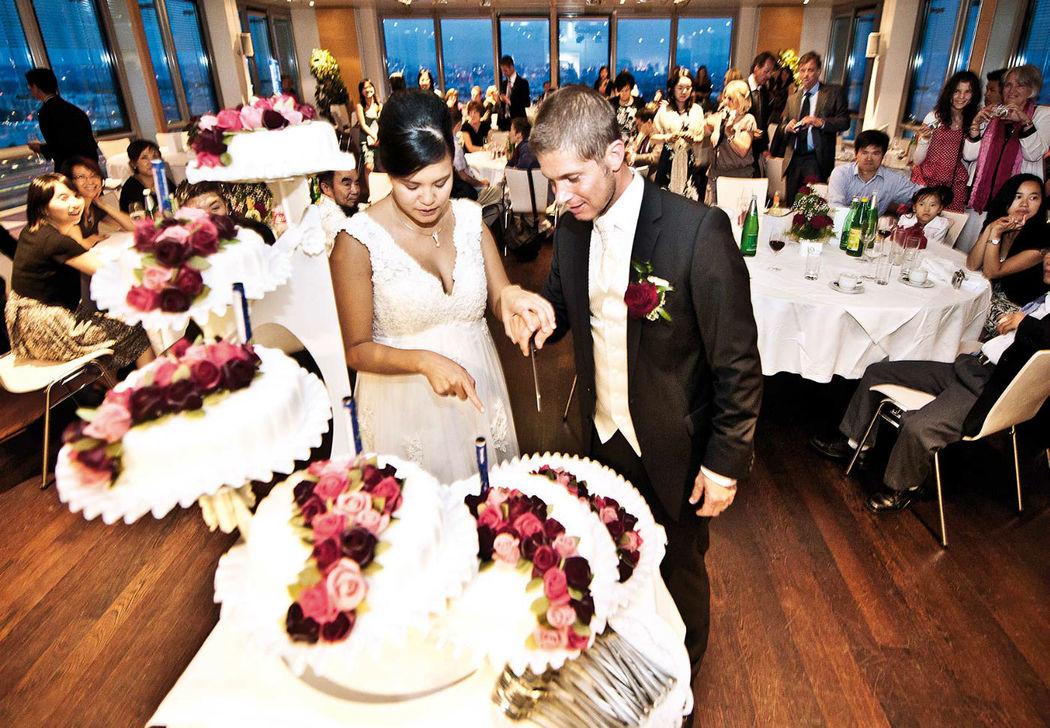 Beispiel: Anschneiden der Hochzeitstorte, Foto: Eventwolken.