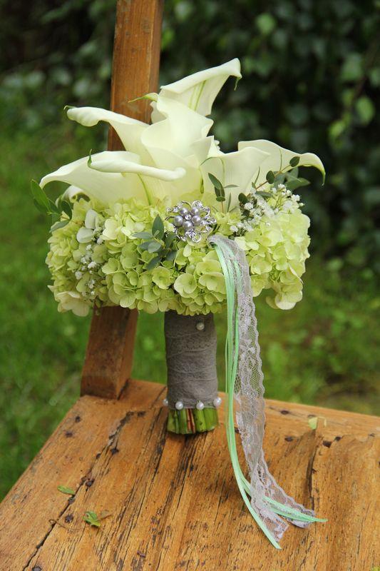Blumenwunsch: Calla/Hortensien/Schleierkraut und die Farben weiß/taupe/mint...seeeehr edel und chic.