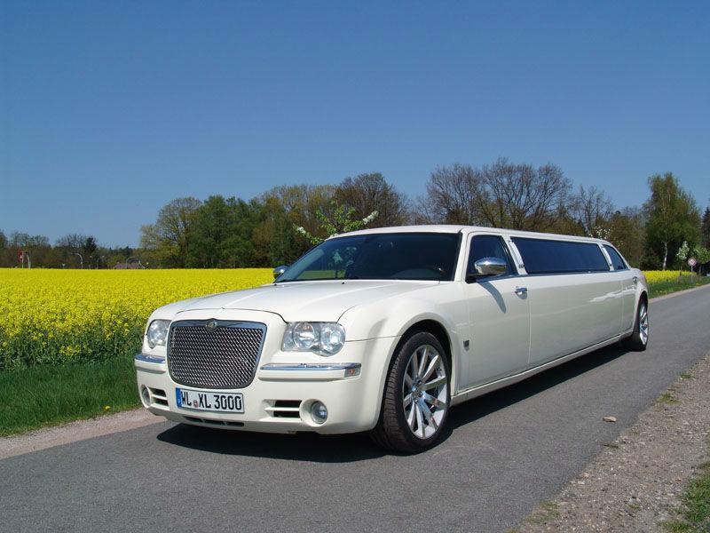 Dies ist ein créme-weißer Chrysler 300 C Hemi.