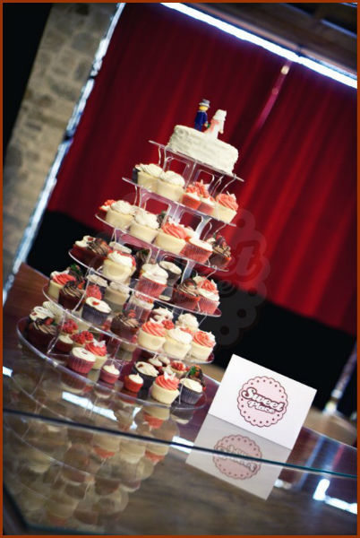 Torre de cupcakes, coronada por una mini tarta. En el Pazo de Vilaboa, A Coruña.