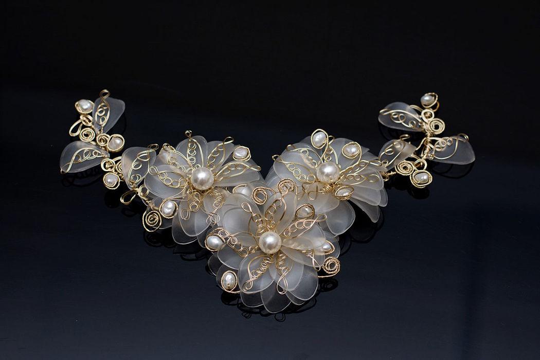 Tocado flores y perlas, todo con alambres bañados en oro de 18 kl