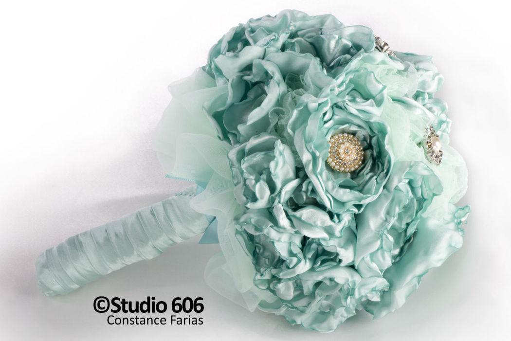 Buquê peonias Tiffany Blue e detalhes de botões dourados com cristais e perolas - Foto Constance Farias