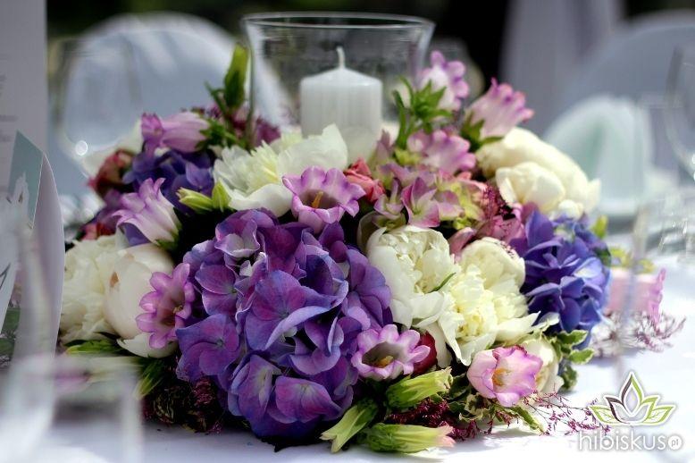 Dekoracja stołu w formie wianka kwiatowego z lampionem i świecą. Cena ok 160pln