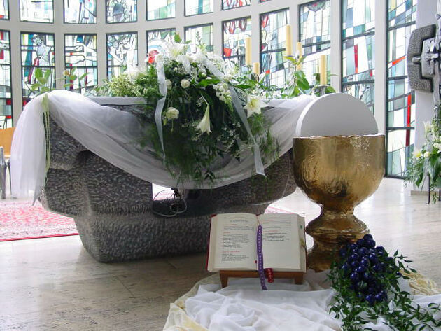 Beispiel: Kirchendekoration, Foto: Blumen Wesemeyer.