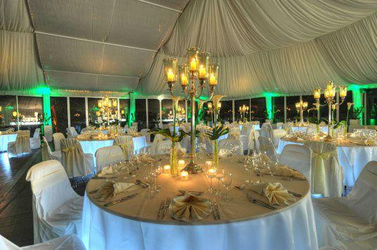 Beispiel: Beleuchteter VIP Pavillon bei Nacht, Foto: Events & Morr.