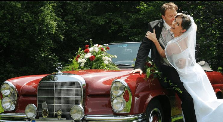 Beispiel: Brautpaar mit Brautauto, Foto: 4solutions Media.