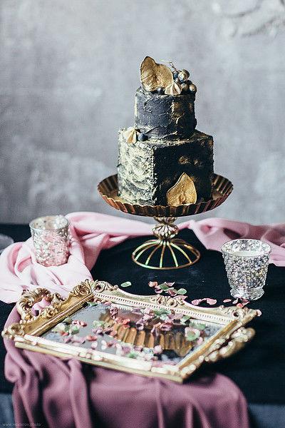 Создавая торт,хотелось сохранить таинство двух любящих друг друга людей.  Незабываемый аромат торта, как духи возлюбленной, тёмный цвет - стойкость и мужество, а изысканность деталей, как прекрасные черты, которые дополняют пару.