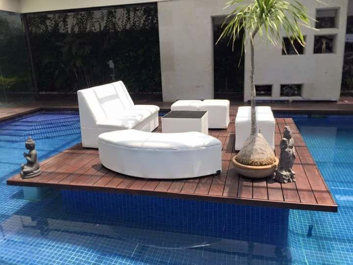 Muebles lounge en un pool party. ¡super divertido!