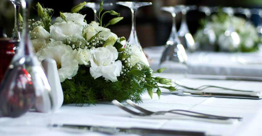 Beispiel: Hochzeitsfloristik und Beratung bei der Auswahl von Menüs, Foto: Traumevents.
