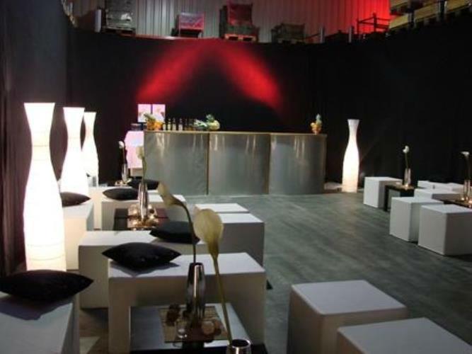 Beispiel: Loungemöbel und Licht, Foto: Mietidee.