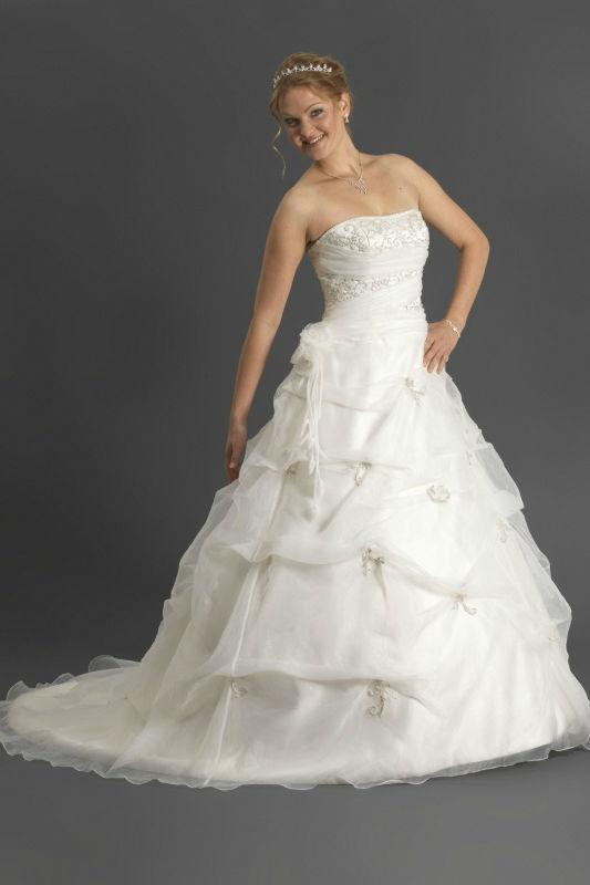 Beispiel: Brautmode in allen Größen, Foto: Prinzessin Brautmode.