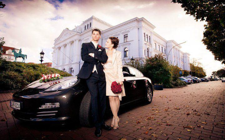 Beispiel: Brautpaar vor Auto, Foto Kirill Brusilovsky Photodesign.