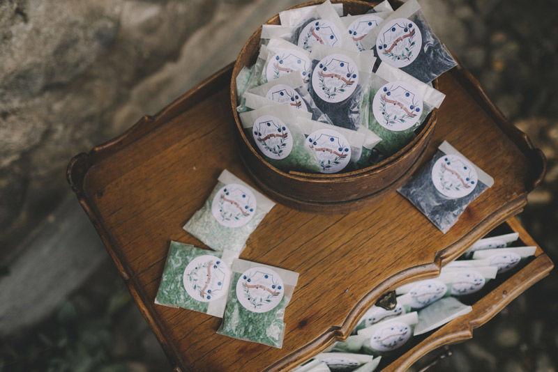 Sacchettini di riso colorato: colori in toni palette e adesivi personalizzati - foto di Matrimoni all'Italiana