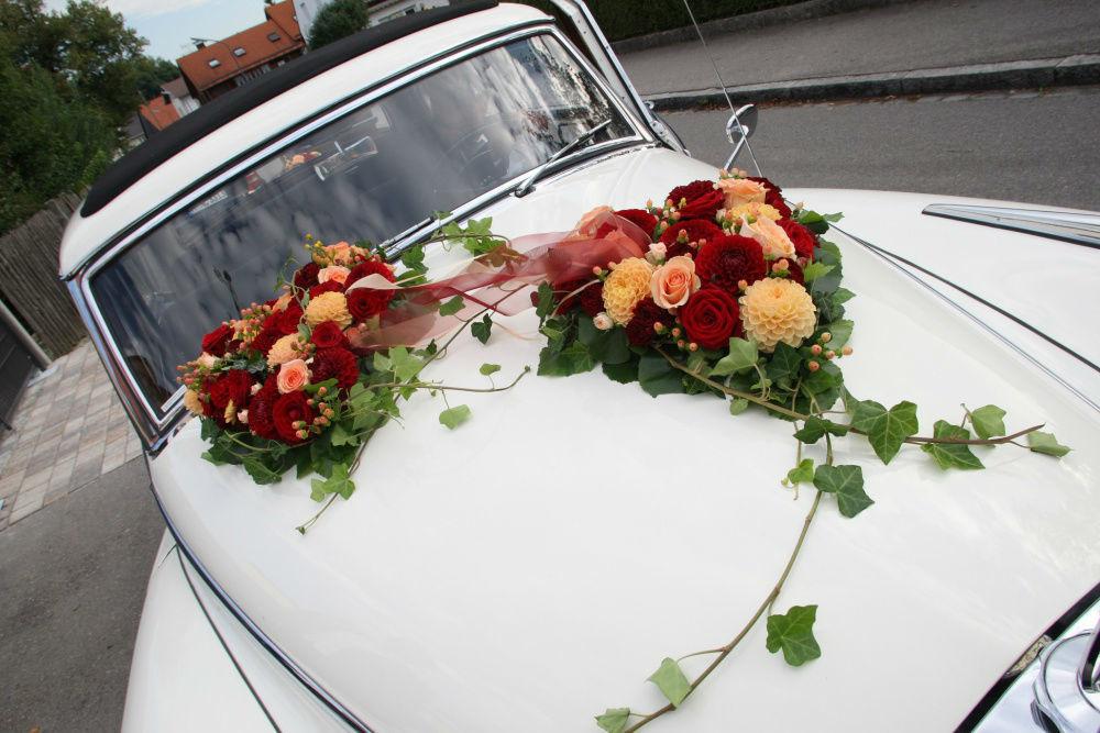 Beispiel: Dekoration für das Hochzeitsauto, Foto: Strobel Floristik.