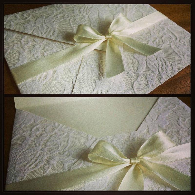 Convite com envelope em papel vergê marfim com aplicação de renda branca, no tamanho 20x25cm.