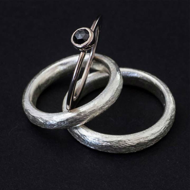 Beispiel: Trauringe - Silber mit Beisteckring aus Weissgold, Foto: Goldschmiede Mussel.