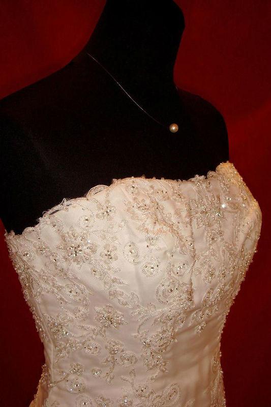 Beispiel: Fein gearbeitete Brautkleider, Foto: Der Brautladen.