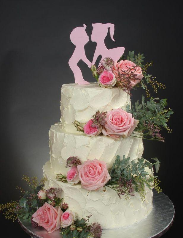 Dreistöckige Hochzeitstorte mit Buttercreme Struktur und frischer Blumendekoration
