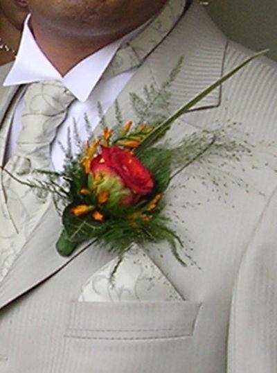 Beispiel: Anstecker für den Herren, Foto: Blumen Beilner.