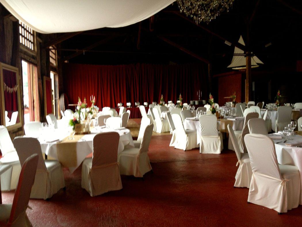 Schuppen 9 Großer Saal mit runden Tischen
