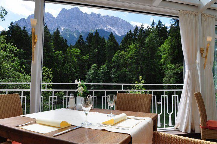 Beispiel: Restaurant mit BLick auf die Zugspitze, Foto: Hotel am Badersee.