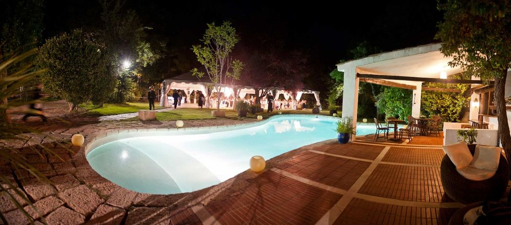 La cena,  fiesta  y zona chill out alrededor de la piscina