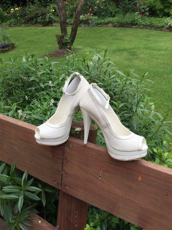 Zapato en tono ivory taco de 12 centimetros comodos y livianos.