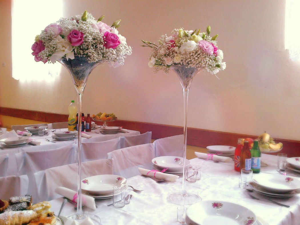 Dekoracja florystyczna: kwiaty na stole