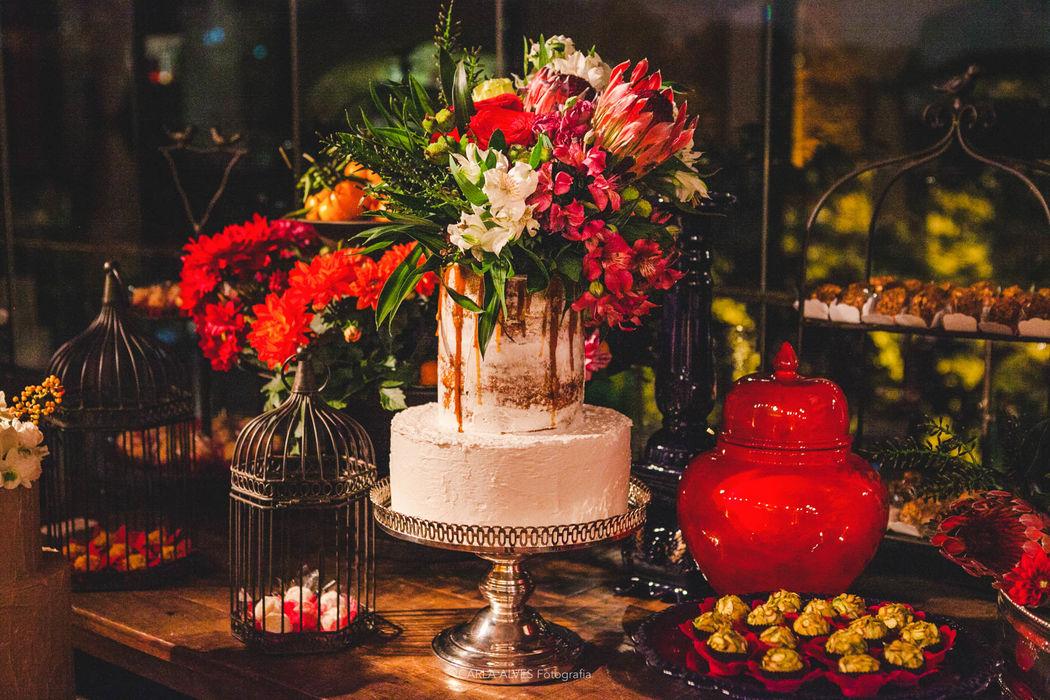 Semi Naked Cake com flores naturais