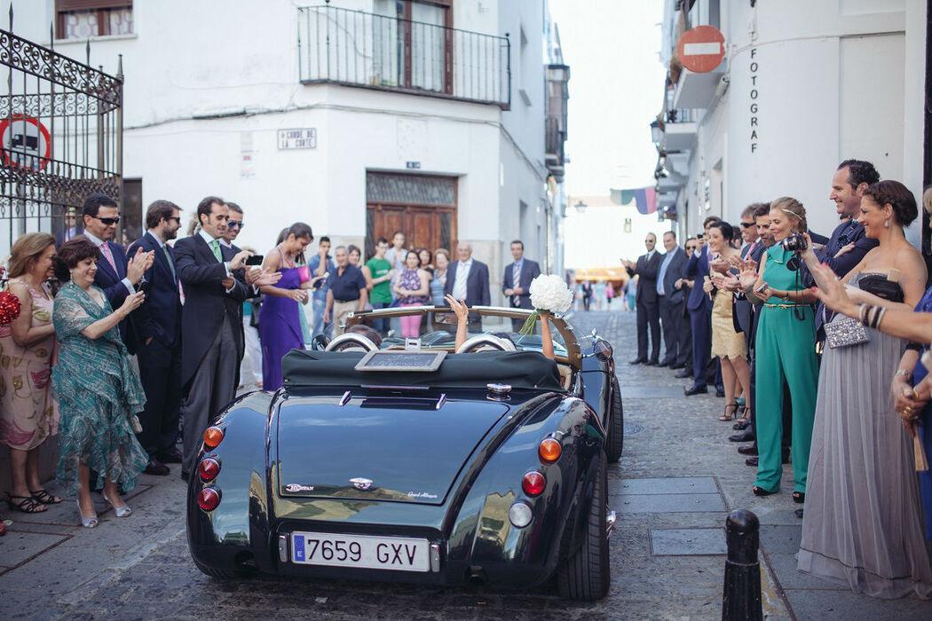 Salida de la ceremonia, los novios conducen el Grand Albaycín 2.0 R, con la pizarra Just Married.