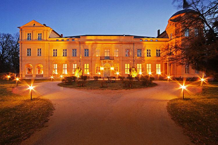 Beispiel: Außenansicht beleuchtet, Foto: Schloss Ziethen.