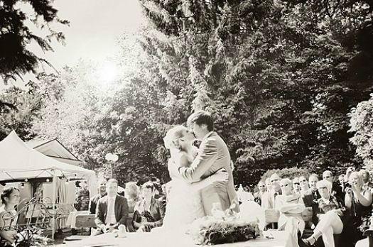 Beispiel: Romantische Fotos vom Brautpaar, Foto: Marta Urbanelis Photography.