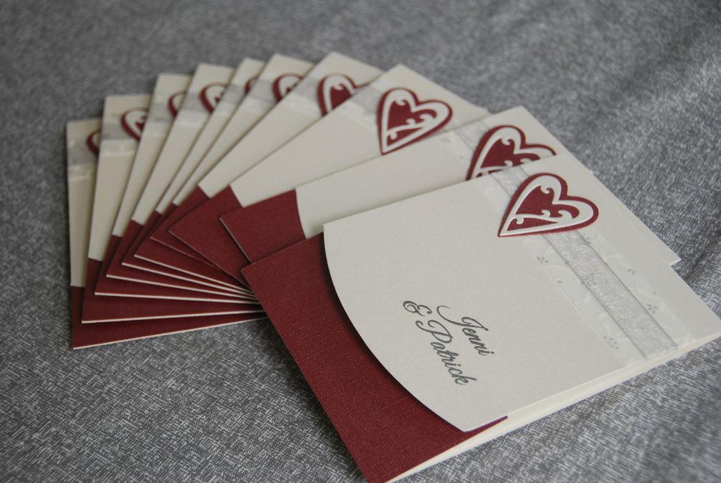 Einladungskarte Adina Doppelherz in dunkelrot-creme, Foto: Cardlove.de.