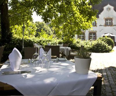 Beispiel: Tisch auf Sonnenterrasse, Foto: Wasserschloss Inzlingen.