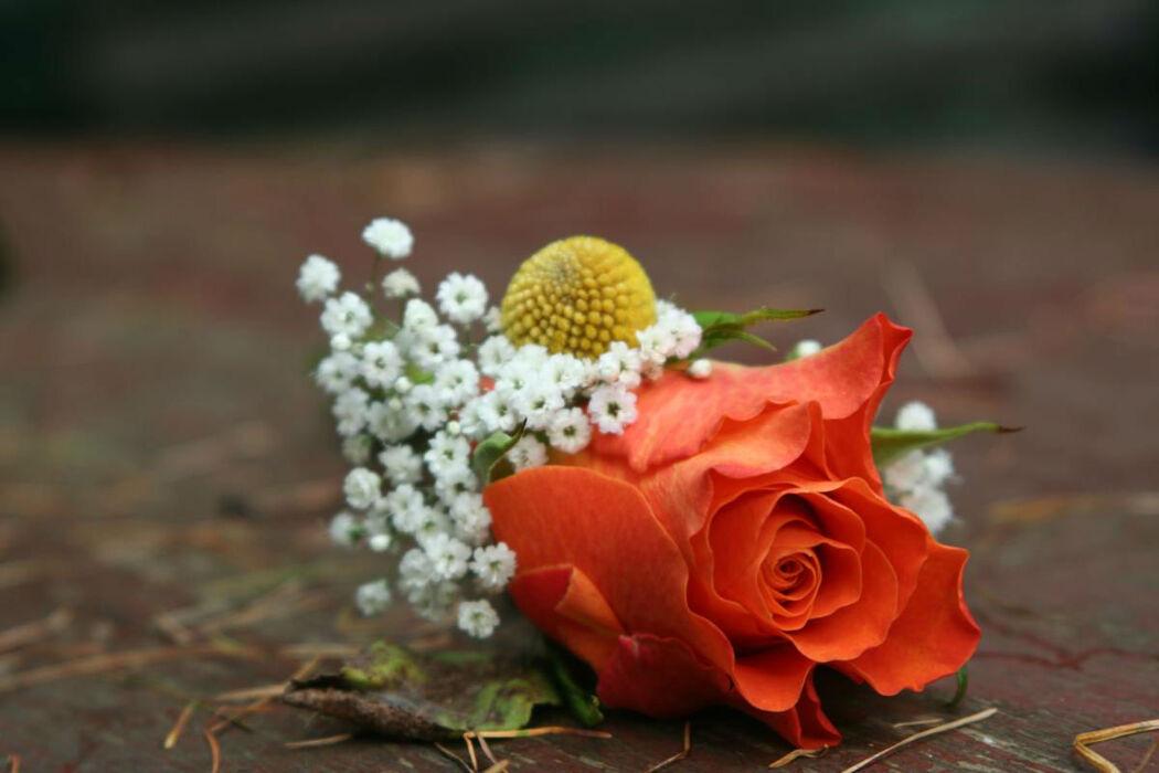 Dekoracja florystyczna: doskonała ozdoba butonierki