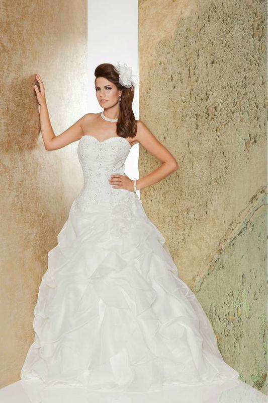 Beispiel: Trägerloses Brautkleid, Foto: Weise Brautmode.