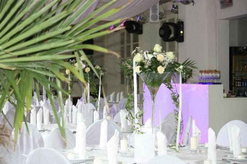 Beispiel: Hochzeitsgedeck in weiß-grün, Foto: Alte Pulverfabrik.