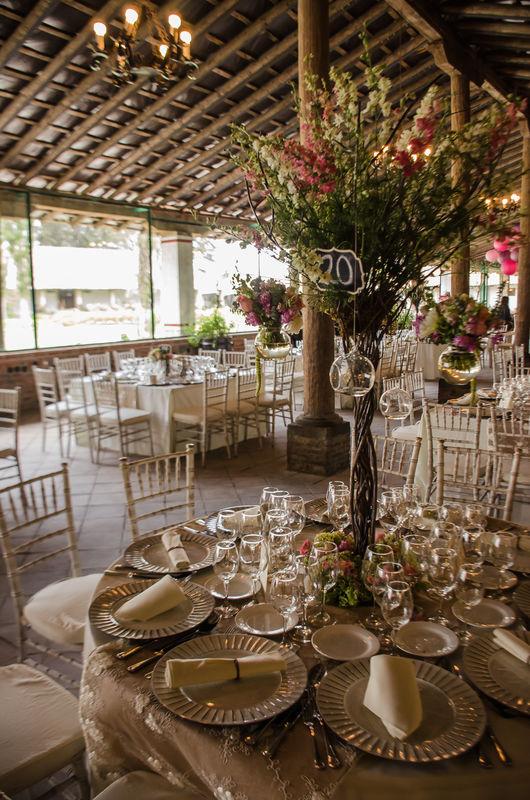 Su sobria elegancia combina excelente con decoración estilo vintage, es tan versátil que todo combina. -Hacienda Buenavista.