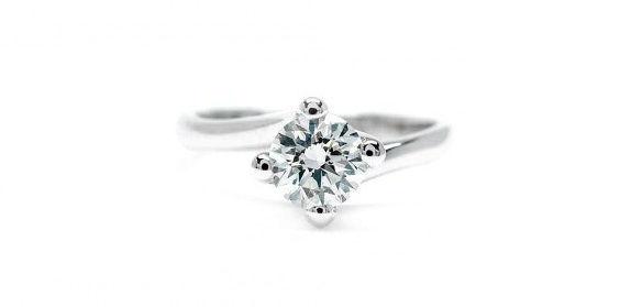 Anillo de Compromiso con Diamante en Oro Blanco engastado en 4 garras