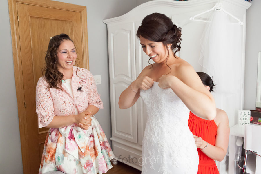 Ángela González Fotografía. Preparación de la novia de la boda Astur- Alemana en Cudillero