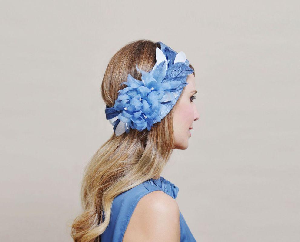 Turbante azul en seda con hojas de tela de seda y piel además de cristal de Swarowsky