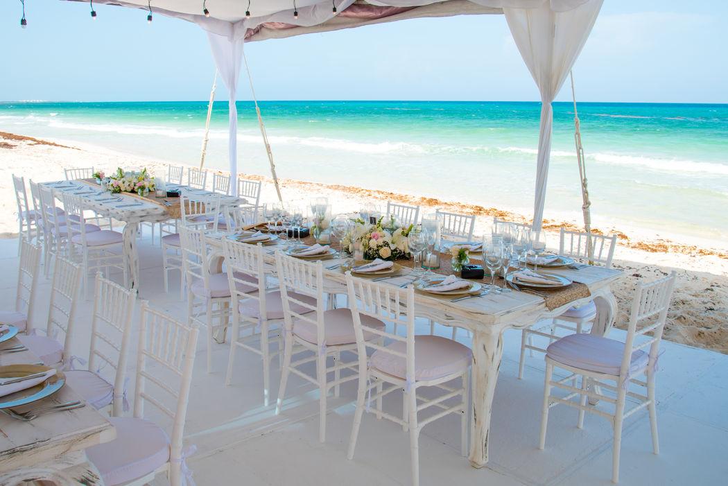 Locaciones a la orilla del mar #mobiliarioparaeventos, #bodasenlaplaya #beachweddings #centrosdemesa #centerpieces #bodasencancun #partyboutiquecancun #udwfinefurniturerental #prettyflowerscancun