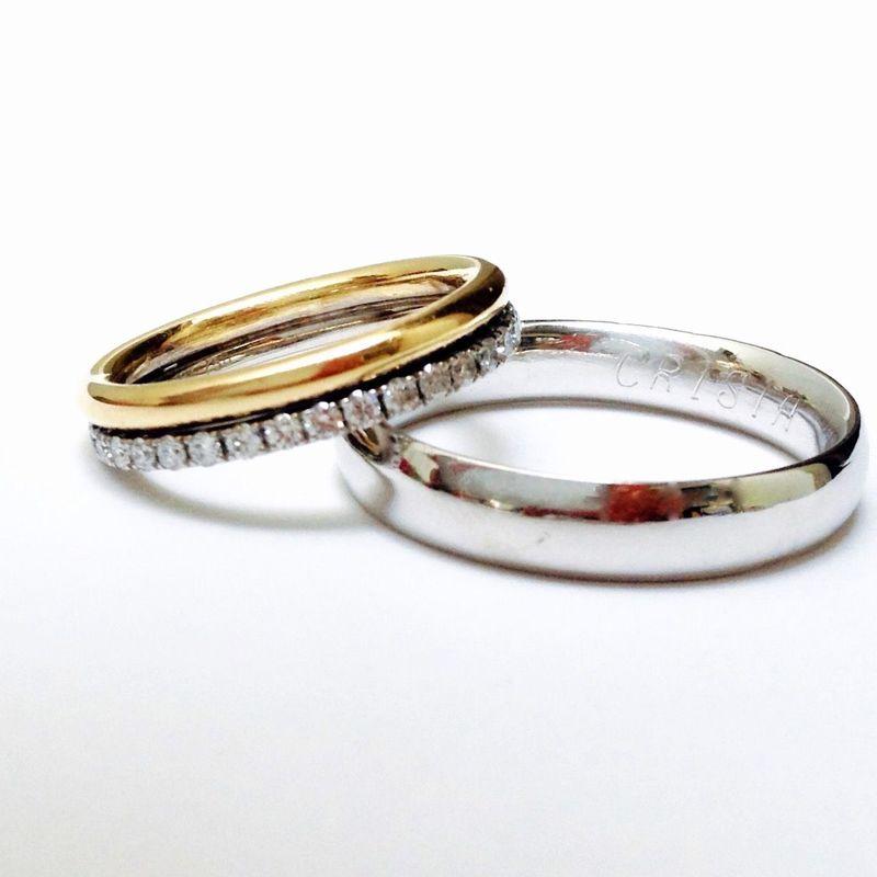 Aros de matrimonio Aro de ella: cintillo de brillantes de 3pts en oro blanco unido a cinta redonda en oro amarillo 18k. Aro de el: modelo almendrado en oro blanco con rodio 18k.