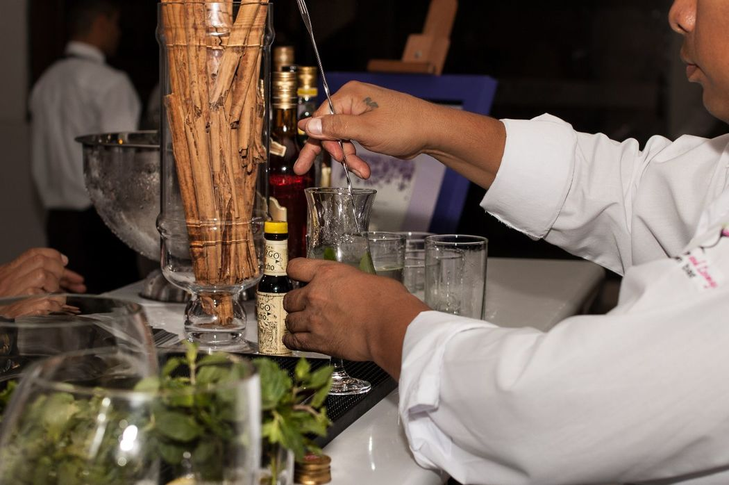 Bartender preparando un Mojito