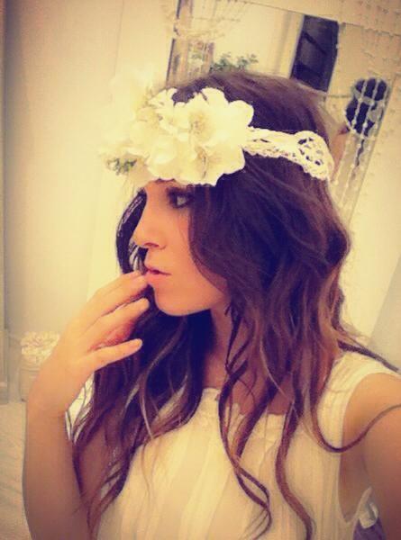 Tocado de novia con flores y puntilla blanca.