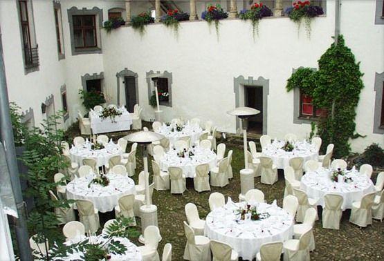 Beispiel: Kaffeetafel im Innenhof, Foto: Schloss Pertenstein.